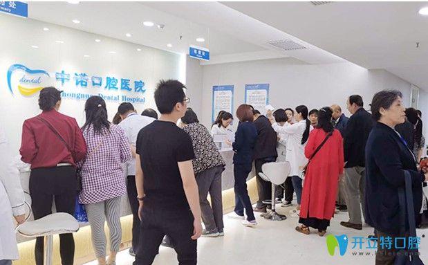 多位顾客纷纷参与现场优惠政策