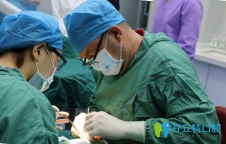 广州广大口腔舒斯特博士种植牙手术现场图