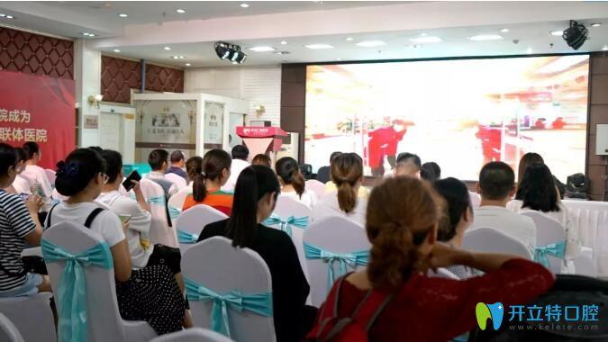 人们参加武汉仁爱口腔公益活动照片