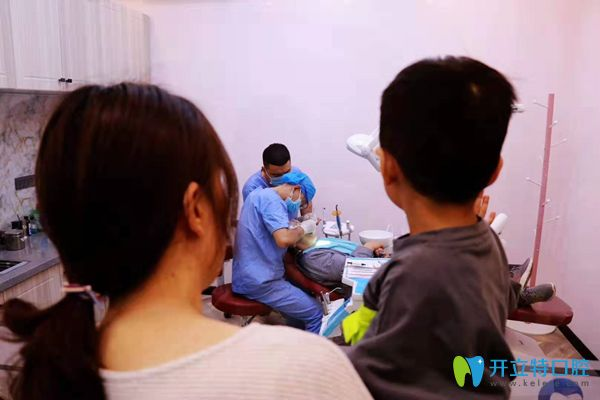 植诺口腔医生正在检查口腔图片