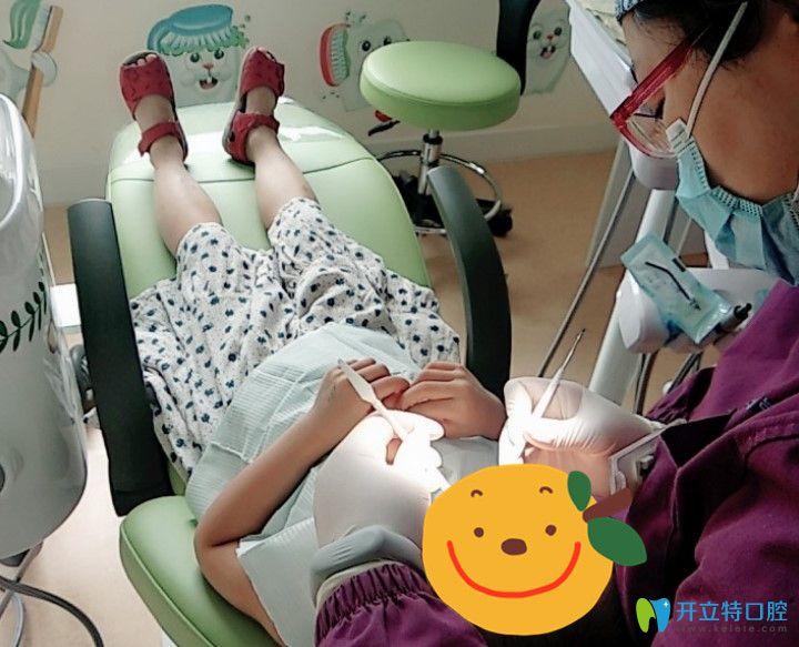 杭州兔牙医医生给孩子检查口腔时候拍的照片