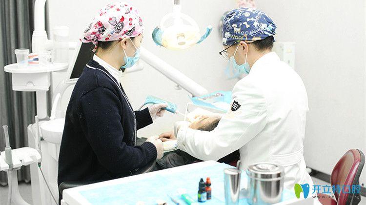医生及助手为顾客做口腔治疗