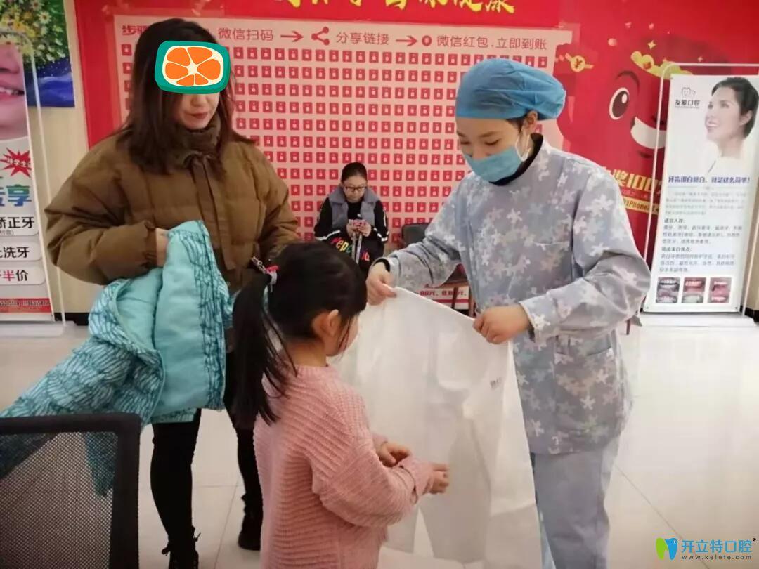医生为孩子们换装