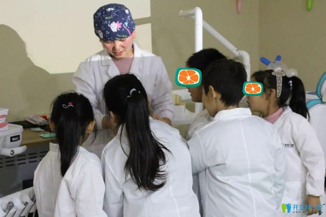孩子们围观牙齿道具图