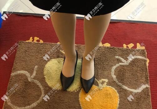 上海茂菊口腔顾客进门时脚底消毒