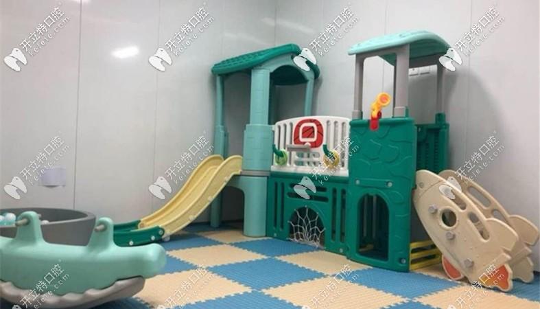 成都菁品口腔的儿童游乐区域