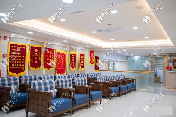 好大夫口腔门店走廊上挂满了顾客送来的锦旗
