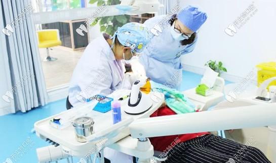 雅博医生正在给顾客看牙
