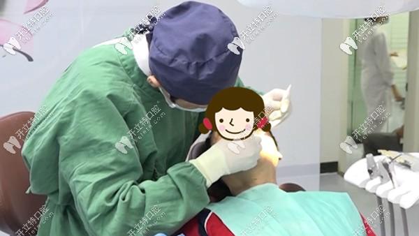 中家医家庭医生口腔马主任为阿叔种牙