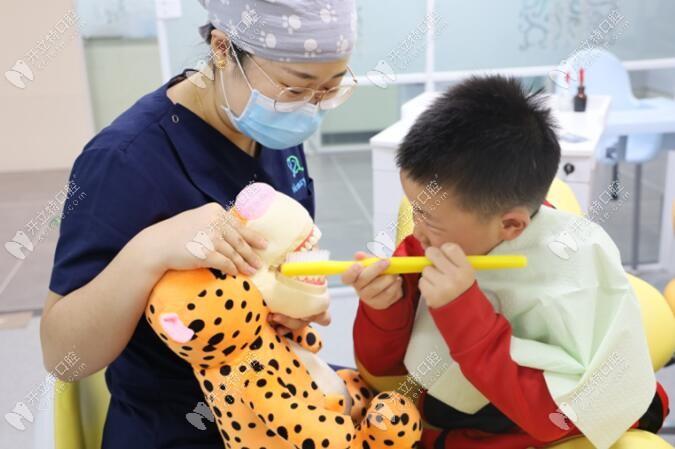 医生正在教小朋友刷牙